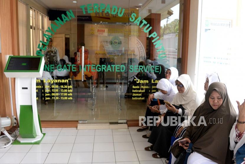 Para korban jamaah First Travel  saat mendatangi Pengadilan Negeri Depok, Jawa Barat, Senin (4/3).