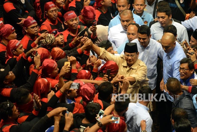 Calon Presiden Nomor Urut 02 Prabowo Subianto menyalami para buruh di Hall Sports Mall, Kelapa Gading, Jakarta, Rabu (6/2).