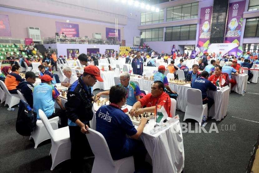 Suasana pertandingan catur Asian Para Games 2018 di Gelanggang Olahraga Cempaka Putih, Jakarta, Jumat (12/10).