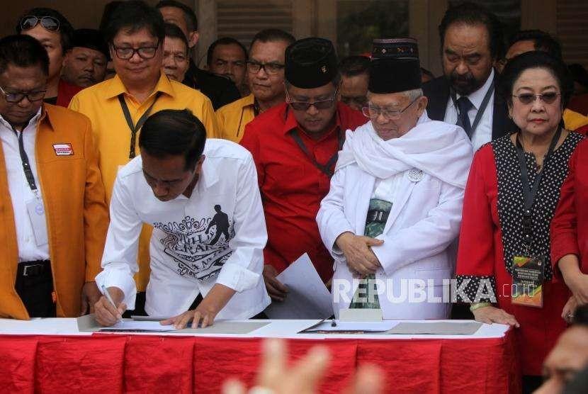 Calon presiden Joko Widodo (kedua kiri) menandatangi deklarasi didampingi calon wakil presiden Ma'ruf Amin (kedua kanan) bersama para ketua umum partai politik pendukung di Gedung Joang, Jakarta, Jumat (10/8).