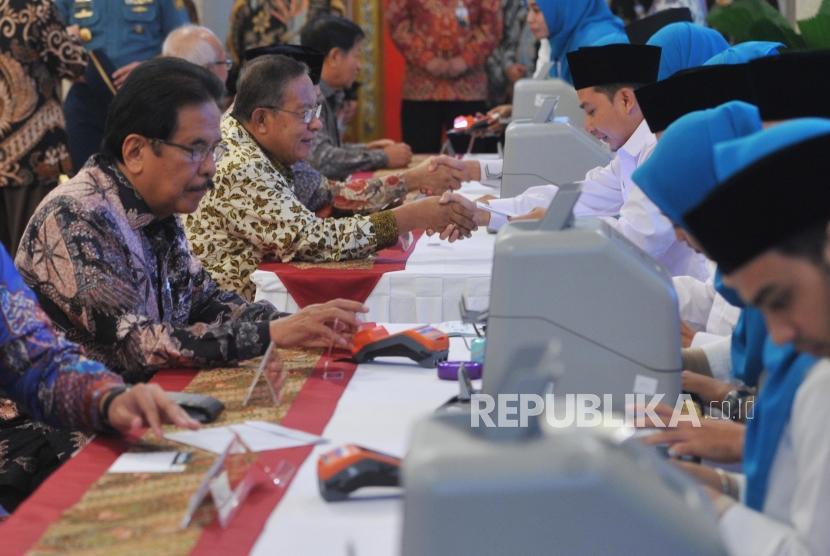 Sejumlah menteri kabinet menyerahkan pembayaran zakat mal kepada petugas Baznas di Istana Negara, Jakarta, Kamis (16/5/2019).