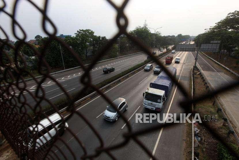 Sejumlah kendaraan melintas di ruas Jalan Tol Lingkar Luar Jakarta atau Jakarta Outer Ring Road (JORR) Bambu Apus, Jakarta, Ahad (30/9).