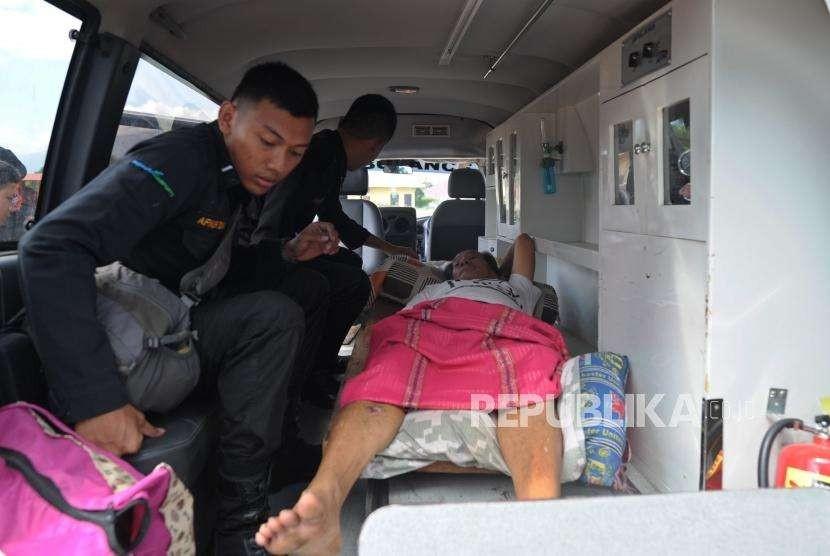 Evakuasi Korban Gempa : Seorang korban gempa asal Kowali berada di dalam ambulan seusai mendarat dengan menggunakan helikopter TNI AD di Lapangan Udara Mutiara SIS Al jufri, Palu, Sulawesi Tengah, Senin (8/10).