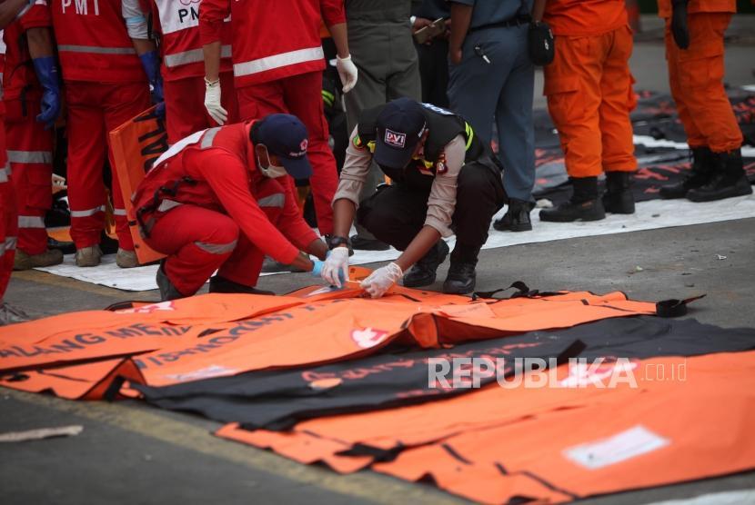 Petugas mengidentifikasi kantong jenazah yang berisi puing dan korban pesawat Lion Air JT-610 di Pelabuhan Tanjung Priok, Jakarta, Senin (5/11).