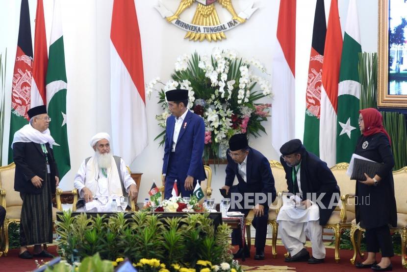 Pertemuan Ulama Trilateral. Presiden Joko Widodo (ketiga kiri), Wakil Presiden Jusuf Kalla (ketiga kanan), Ketua Umum MUI KH Maruf Amin,  Kepala Dewan Ulama Afganistan Qiamuddin Kashaf, Ketua Dewan Ideologi Islam Pakistan Qiblq Ayaz, dan Menlu Retno Marsudi (dari kiri) mengikuti pembukaan Pertemuan Ulama Trilateral Afghanistan - Indonesia - Pakistan di Istana Kepresidenan Bogor, Jawa Barat, Jumat (11/5).