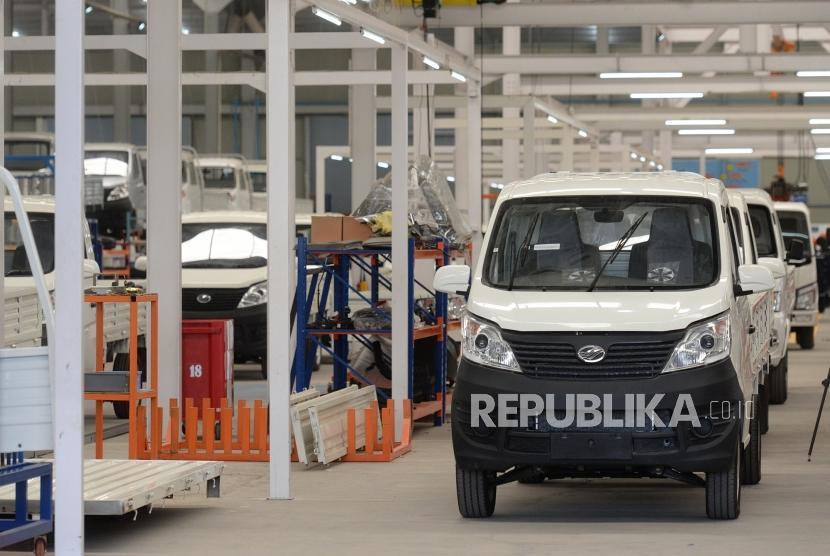 Pabrik Perakitan Esemka. Proses perakitan mobil Esemka di pabrik perakitan Esemka, Boyolali, Jawa Tengah, Jumat (6/9/2019).