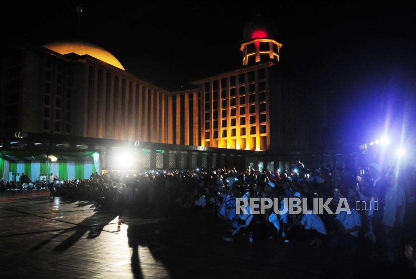 Sejumlah remaja muslim menghadiri acara halal bi halal DMI di Masjid Istiqlal, Jakarta, Jumat (6/7).