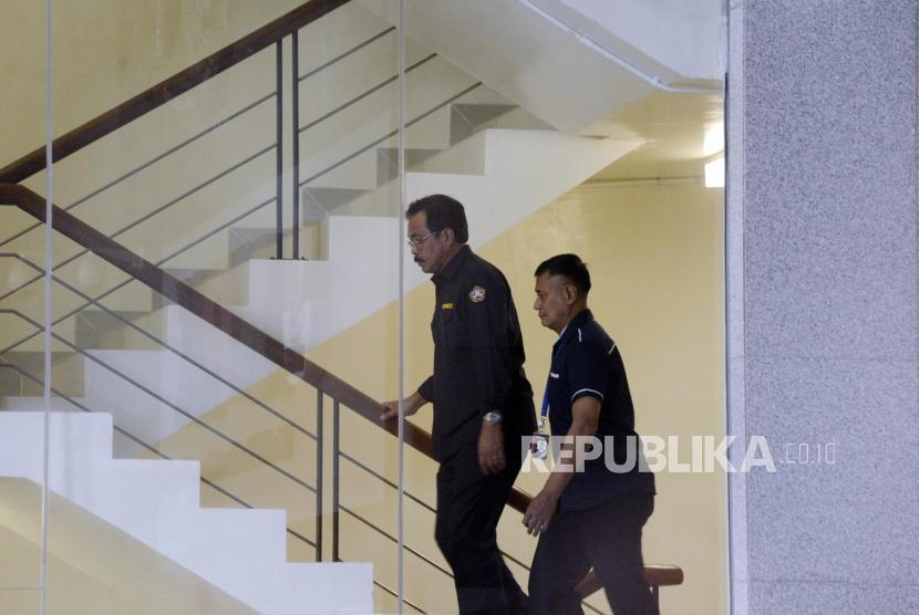 Gubernur Kepulauan Riau, Nurdin Basirun saat tiba untuk menjalani pemeriksaan intensif di Gedung KPK, Jakarta, Kamis (11/7).