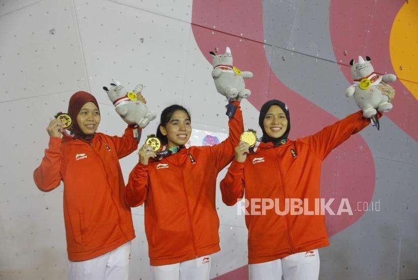Emas dari Speed Relay Putri. Atlet Panjat Dinding Putri Indonesia Puji Lestari, Rajiah Sallsabillah, dan Aries Susanti Rahayu (dari kiri) mengikuti upacara pengalungan medali pada cabang panjat dinding nomor speed relay putri Asian Games 2018 di Komplek Olahraga Jakabaring, Palembang, Senin (27/8).