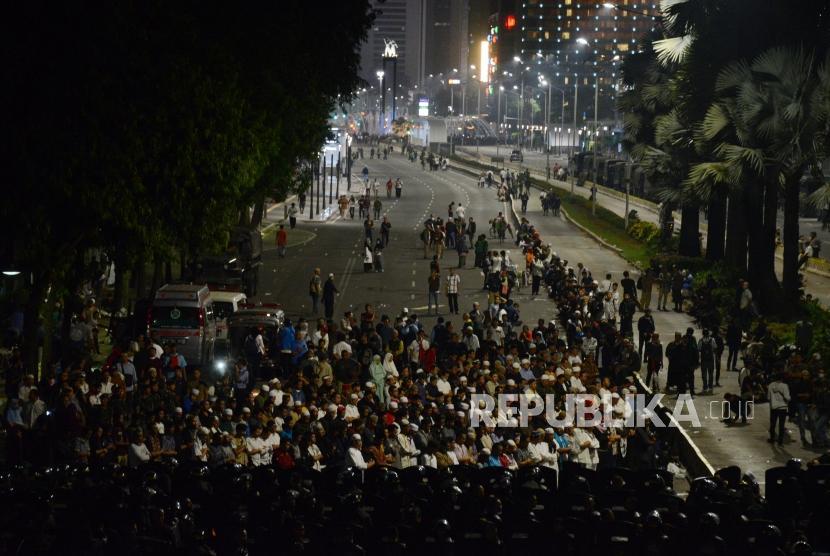 Sejumlah massa aksi melaksanakan Shalat Taraweh saat unjuk rasa di Jalan MH Thamrin, Jakarta, Rabu (22/5).