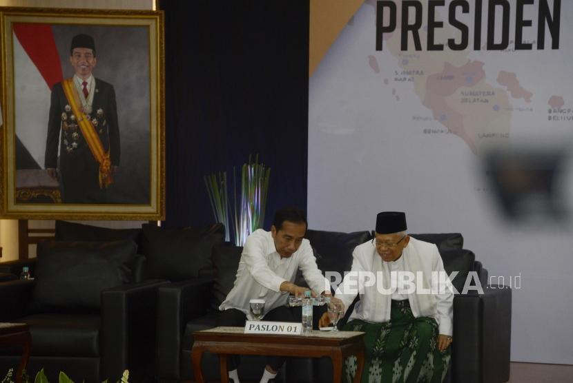 Penetapan Presiden dan Wakil Presdien Terpilih. Presiden dan Wakil Presiden terpilih Periode 2019-2024, Joko Widodo dan KH Ma'ruf Amin saat menuangkan air usai menerima surat keputusan di Gedung KPU, Jakarta, Ahad (30/6).