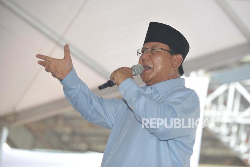 Calon Presiden no urut 2., Prabowo Subianto  memberikan sambutan  dalam Deklarasi Gerakan Emas (Gerakan Emak dan Anak Minum Susu) di Stadion Klender, Jakarta, Rabu (24/10).