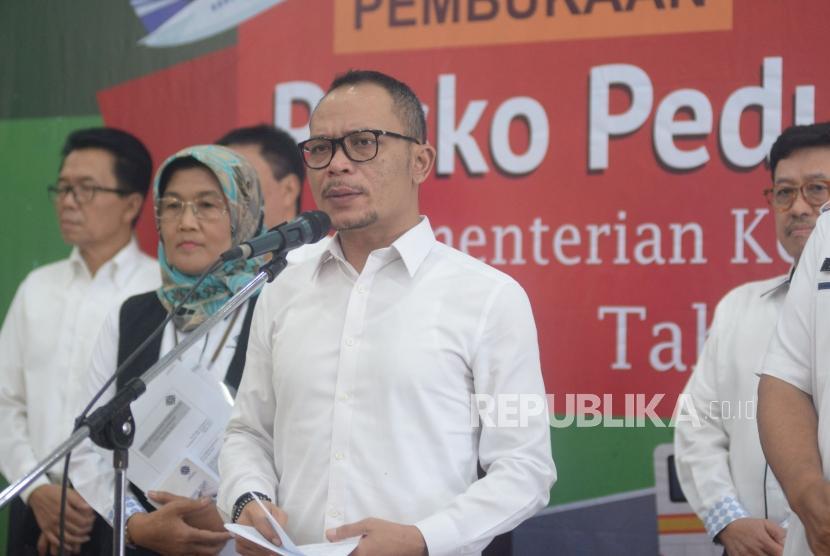 Menteri Ketenagakerjaan Hanif Dhakiri membuka posko pengaduan THR lebaran 2018 di Pusat Pelayanan Terpadu Satu Atap (PTSA), Gedung B Kantor Kementerian Ketenagakerjaan, Jakarta, Senin (28/5).