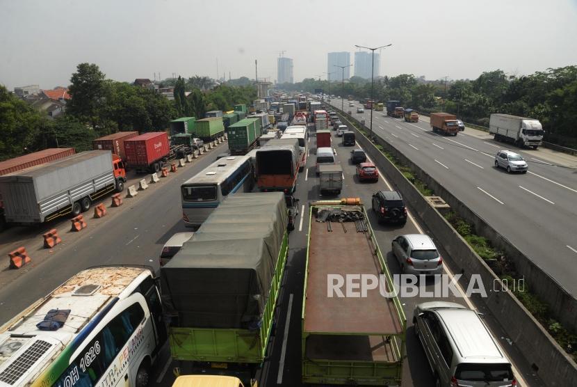 Kemacetan terjadi di jalan tol. (ilustrasi)