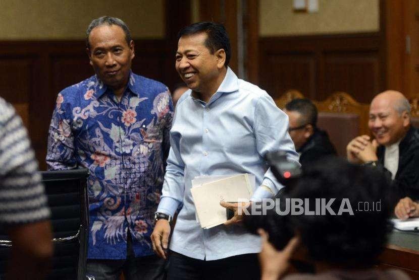 Mantan Ketua DPR Setya Novanto dan Mantan Direktur Dukcapil Kemendagri Sugiharto saat akan mengikuti sidang di Pengadilan Tipikor, Jakarta, Selasa (18/9).