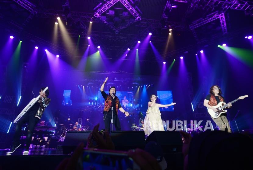 Penampilan  Kla Project feat Cristi dalam konser tunggal yang bertajuk Karunia Semesta di Jakarta, Convention Center, Jakarta, Kanmis (6/12).