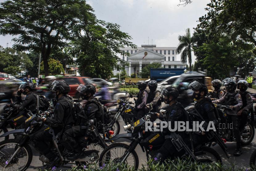 Sejumlah personel Brimob melakukan pengamanan saat berlangsungnya sidang lanjutan kasus pelanggaran protokol kesehatan dengan terdakwa Rizieq Shihab di Pengadilan Negeri (PN) Jakarta Timur, Jakarta, Jumat (19/3/2021). Sidang tersebut beragendakan pembacaan dakwaan dari Jaksa Penuntut Umum (JPU).