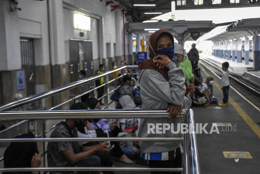 Sejumlah penumpang menunggu kedatangan kereta api lokal Bandung Raya di Stasiun Bandung, Kota Bandung, Kamis (6/5). PT Kereta Api Indonesia (Persero) atau KAI hanya mengoperasikan KA jarak jauh secara terbatas.