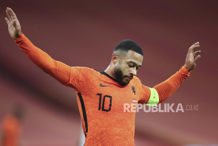 Memphis Depay dari Belanda bereaksi setelah kehilangan kesempatan untuk mencetak gol selama pertandingan sepak bola persahabatan internasional antara Belanda dan Spanyol di Johan Cruyff ArenA di Amsterdam, Belanda, Rabu, 11 November 2020.
