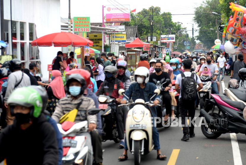 Warga memadati pasar takjil Kampung Ramadhan Jogokariyan, Yogyakarta, Selasa (13/4). Sebanyak 179 pedagang menggelar lapaknya saat jelang berbuka puasa Ramadhan 1442 H. Semua pedagang wajib mematuhi protokol kesehatan dan menggunakan masker.