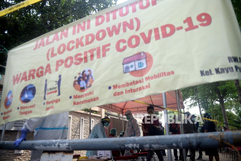 Petugas medis bersiap mengambil sampel lendir saat tes usap PCR kepada warga Rt 11 Rw 09 Kelurahan Kayu Putih, Kecamatan Pulogadung, Jakarta, Sabtu (5/6). Sebanyak 40an warga mejalani tes usap PCR setelah sebanyak 22 orang warga dinyatakan positif COVID-19 yang diduga berasal dari kerumunan di sebuah taman yang ada di lingkungan RT 11 bernama Taman Pintar.Prayogi/Republika.