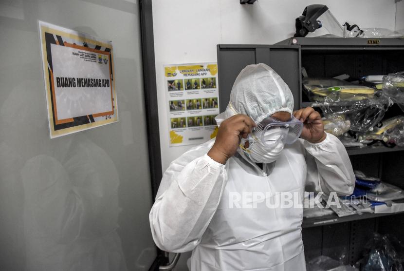 Tenaga kesehatan mengenakan alat pelindung diri (APD) di Jabar (ilustrasi)