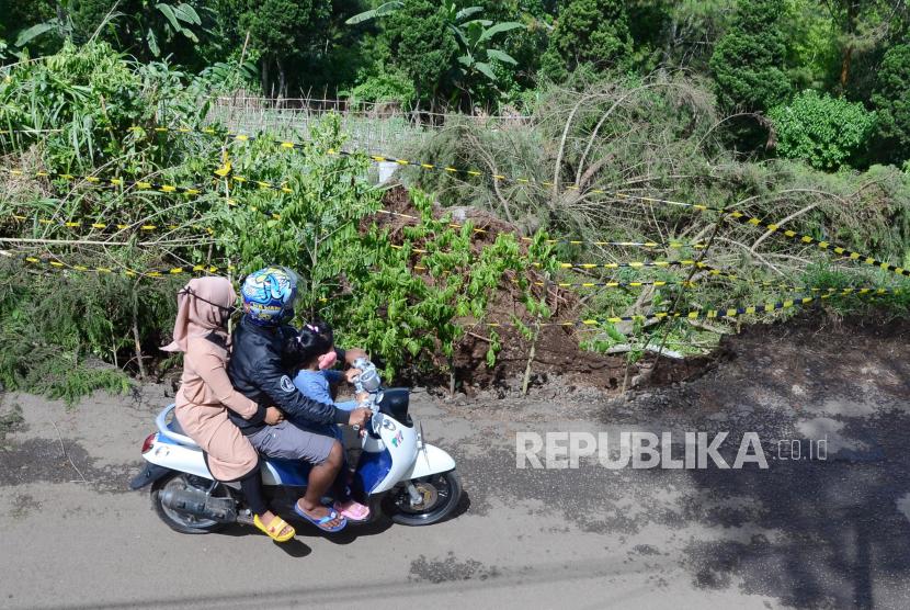 Warga melewati pohon tumbang akibat angin kencang, di Jalan Bukit Maribaya, Kecamatan Lembang, Kabupaten Bandung Barat, beberapa waktu lalu.