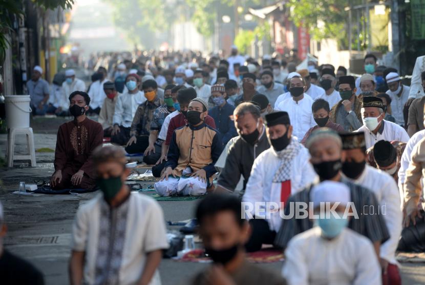 Umat Muslim menunaikan shalat Idul Fitri.