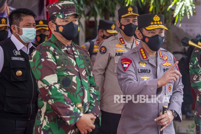 Kapolri Jenderal Listyo Sigit Prabowo (kanan) didampingi Panglima TNI Marsekal Hadi Tjahjanto.