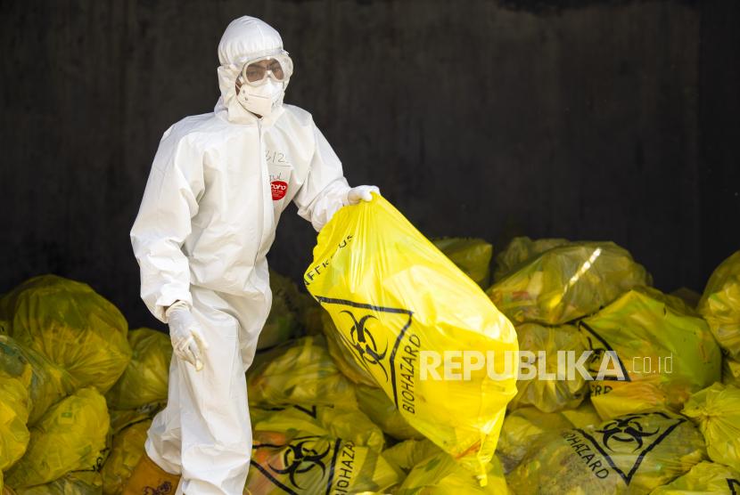 Petugas memindahkan kantong yang berisi limbah medis yang berbahan berbahaya dan beracun (B3) di Rumah Sakit Darurat COVID-19 (RSDC) Wisma Atlet, Kemayoran, Jakarta