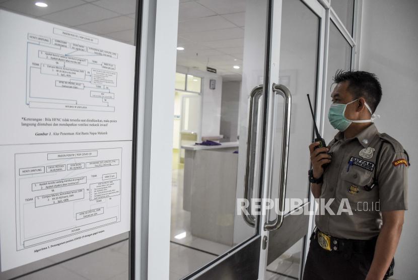 Petugas keamanan berjaga di depan ruang isolasi khusus pasien Covid-19