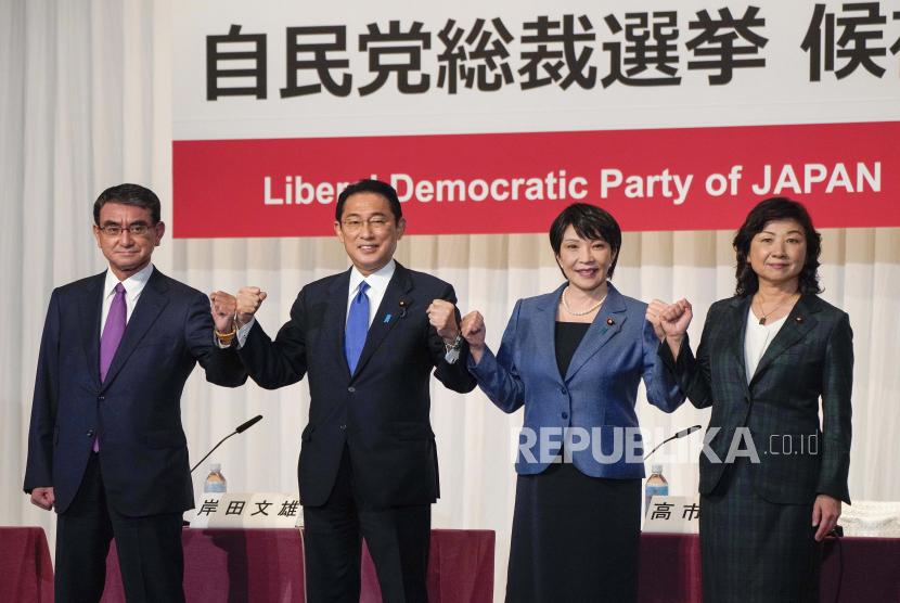 Kandidat pemilihan presiden dari Partai Demokrat Liberal yang berkuasa berpose sebelum konferensi pers bersama di markas besar partai di Tokyo, Jepang, Jumat, 17 September 2021. Para pesaing dari kiri ke kanan, Taro Kono, menteri kabinet di penanggung jawab vaksinasi, Fumio Kishida, mantan menteri luar negeri, Sanae Takaichi, mantan menteri dalam negeri, dan Seiko Noda, mantan menteri dalam negeri. Kampanye pemilihan resmi dimulai Jumat untuk ketua baru partai pemerintahan Jepang LDP, yang pemenangnya hampir dipastikan menjadi perdana menteri Jepang berikutnya.