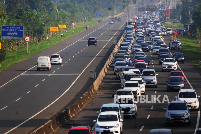 Sejumlah kendaraan yang akan menuju puncak melintas di Ciawi, Kabupaten Bogor, Jawa Barat, Sabtu (16/6).