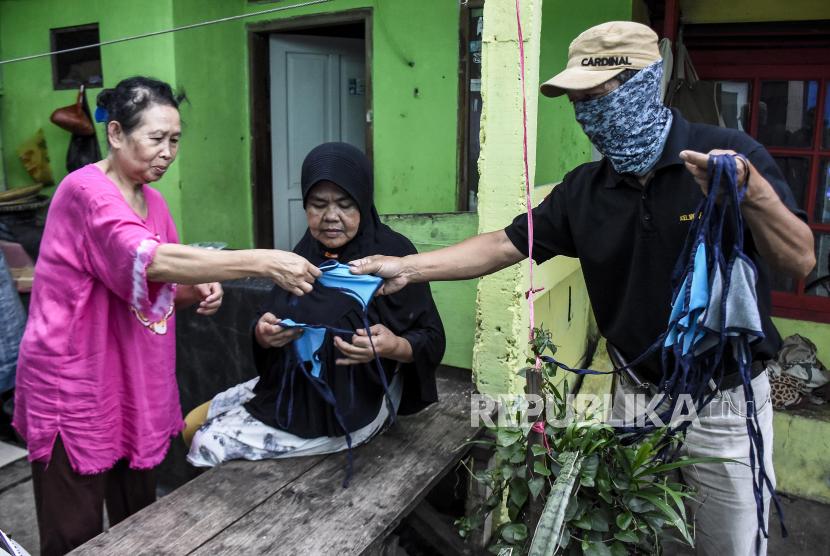 Warga memberikan masker di Lio Genteng, Astana Anyar, Kota Bandung