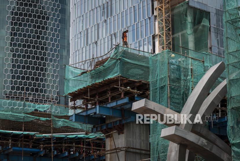 Pekerja menyelesaikan pembangunan proyek infrastuktur. ilustrasi