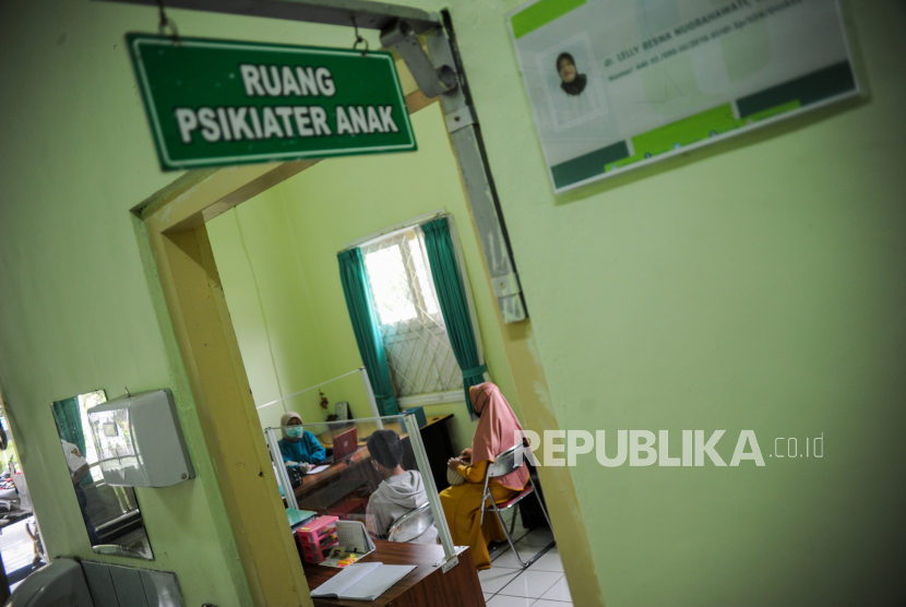 Seorang psikiater memeriksa seorang anak yang mengalami kecanduan gawai di Rumah Sakit Jiwa (RSJ) Provinsi Jawa Barat di Cisarua, Kabupaten Bandung Barat, Jawa Barat, Kamis (18/3/2021). Direktur RSJ Provinsi Jawa Barat Elly Marliani mengatakan sebanyak 14 orang pasien dengan gangguan kejiwaan dan lima orang pasien penderita adiksi (kecanduan) gawai menjalani perawatan di Klinik Kesehatan Jiwa Anak dan Remaja pada Januari hingga Februari 2021.