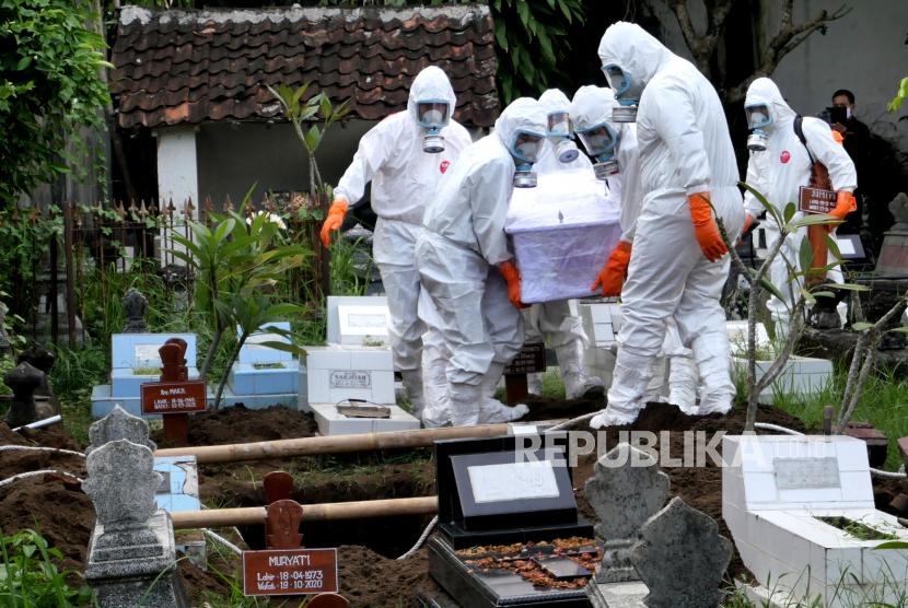 Petugas pemakaman Covid-19 melakukan pemakaman dengan protokol Covid-19 di Yogyakarta (ilustrasi).