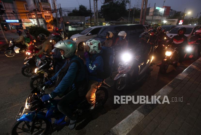 Pemudik menggunakan motor melintas saat arus balik Lebaran di ruas Jalan Kalimalang, Jakarta, Selasa (19/6).