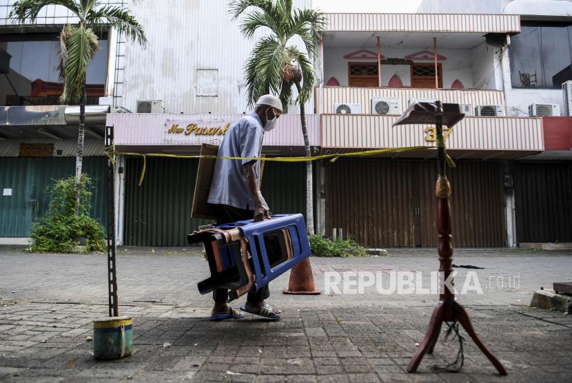 Pemerintah kembali memperpanjang Pemberlakuan Pembatasan Kegiatan Masyarakat (PPKM) mulai 3 sampai 9 Agustus 2021. Untuk Jawa-Bali, pengaturannya tercantum pada Instruksi Menteri Dalam Negeri (Inmendagri) Nomor 27 Tahun 2021 tentang PPKM Level 4, Level 3, dan Level 2 Covid-19 di Wilayah Jawa dan Bali. (Foto: Pedagang uang kuno berjalan pulang usai menutup lapaknya di Pasar Baru, Jakarta)