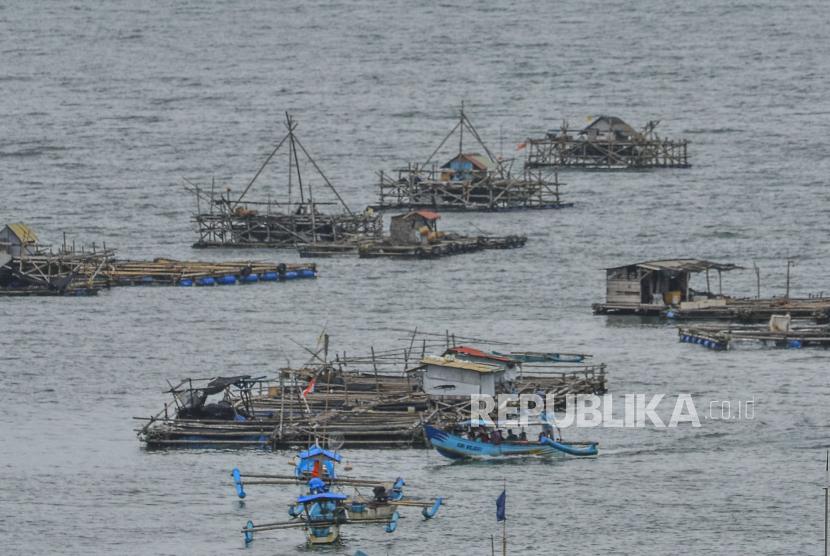 inggi gelombang di laut selatan Jawa Barat, Jawa Tengah, dan Daerah Istimewa Yogyakarta berpotensi mencapai kisaran 4-6 meter.  (Foto: Perahu nelayan di Pangandaran)