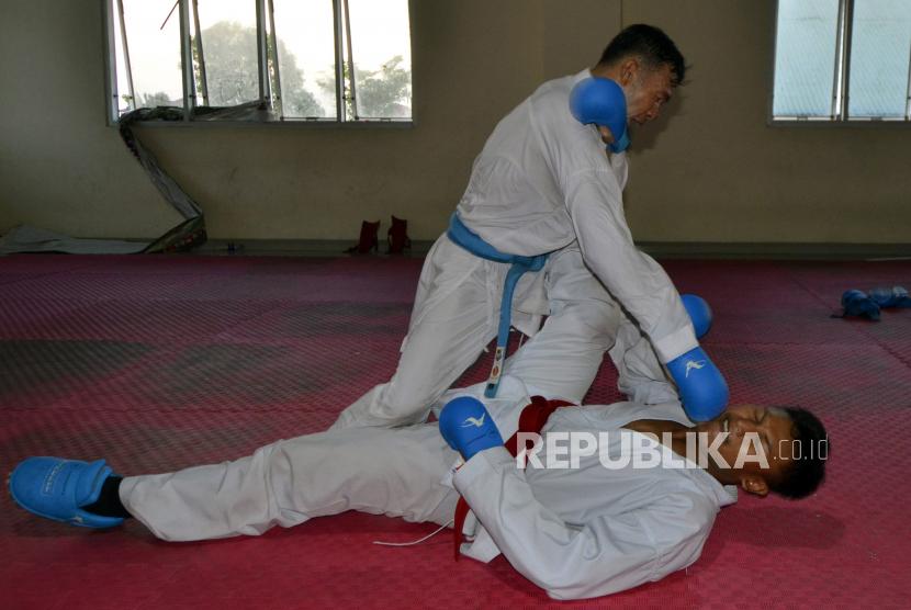 Atlet karate berlatih tanding untuk persiapan PON Papua di Hall B Pusat Kegiatan Olahraga (PKOR) Way Halim, Bandar Lampung, Lampung, Selasa (7/9/2021). Lampung menargetkan satu medali emas karate pada PON Papua mendatang.