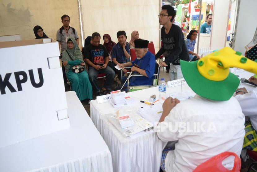 [ilustrasi] Pilkada Jawa Barat. Warga menggunakan hak pilihnya di Pilkada Jawa Barat, Depok, Rabu (27/5).