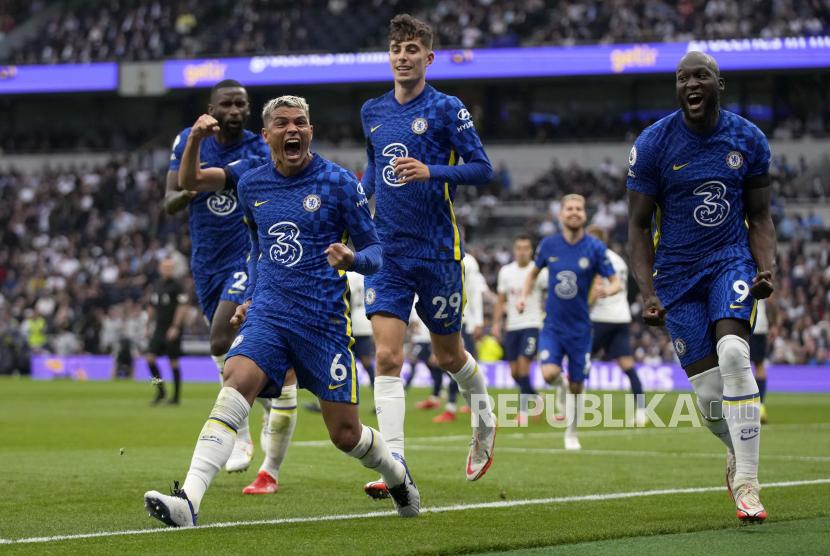 Pemain Chelsea Thiago Silva (kedua kiri) berselebrasi setelah mencetak gol pembuka pada pertandingan sepak bola Liga Inggris antara Tottenham Hotspur dan Chelsea di Stadion Tottenham Hotspur di London, Inggris, Senin (20/9).