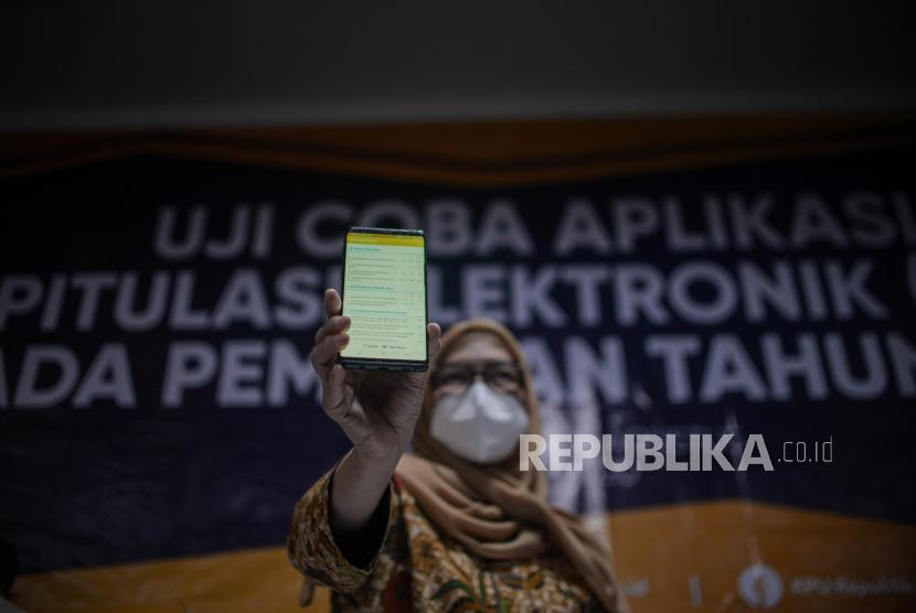 Komisioner KPU Evi Novida Ginting Manik menunjukan aplikasi rekapitulasi elektronik (Sirekap).