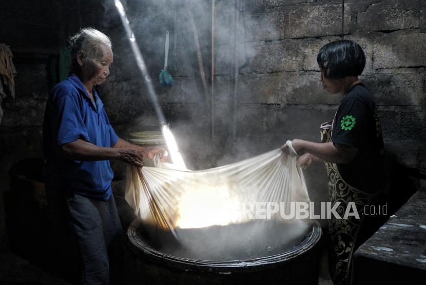 Perajin memproduksi tahu di sentra industri tahu Krapyak, Kabupaten Sleman, Daerah Istimewa Yogyakarta (ilustrasi).
