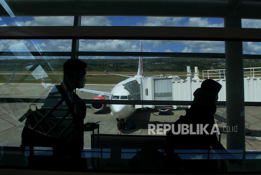 Sejumlah pemudik berjalan menuju pesawat di bandara El Tari Kupang, NTT, Kamis (6/5/2021).