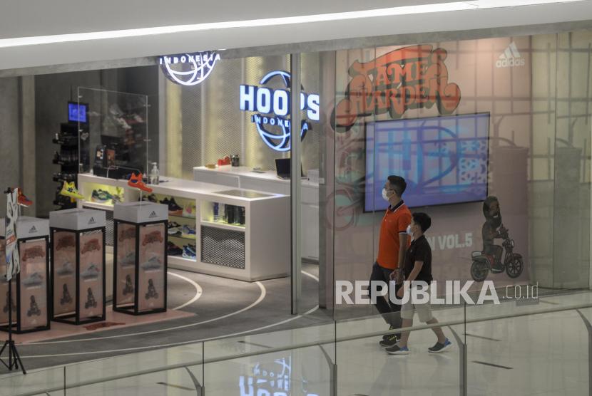 Wagub DKI: Usahakan Anak di Bawah 12 Tahun Tetap di Rumah. Warga bersama anaknya melewati salah satu gerai toko di Senayan City, Jakarta, Rabu (22/9). Sebanyak 81 pusat perbelanjaan di Jakarta memperbolehkan anak-anak di bawah umur 12 tahun untuk berkunjung pasca pelonggaran PPKM level 3 di Jawa-Bali yang ditetapkan oleh pemerintah. Republika/Putra M. Akbar