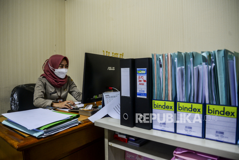 Pegawai Negeri Sipil (PNS) saat beraktivitas di kantor (ilustrasi). Republika/Putra M. Akbar