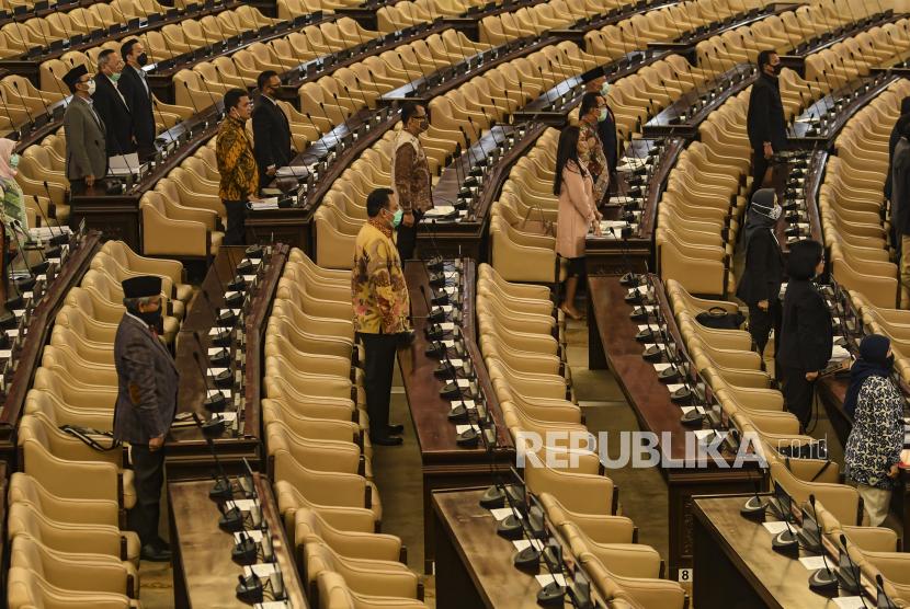 Sejumlah anggota DPR menghadiri Rapat Paripurna masa persidangan III 2019-2020 secara langsung,  di Komplek Parlemen, Jakarta, Selasa (12/5/2020). Dalam rapat paripurna tersebut beragendakan penyampaian Pemerintah terhadap Kerangka Ekonomi Makro dan Pokok-pokok Kebijakan Fiskal (KEM dan PPKF) RAPBN TA 2021 dan pengambilan keputusan Perppu Nomor 1 Tahun 2020 atau Perppu Corona menjadi UU