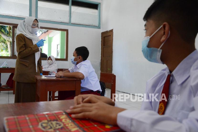 Sejumlah pelajar SD mengikuti pembelajaran tatap muka (PTM) dengan penerapan protokol kesehatan (Prokes) di salah satu sekolah, di Kota Bandung, pekan lalu. Melonjaknya kasus Covid-19 saat ini akan menjadi pertimbangan Pemerintah Kota Bandung dalam memutuskan pelaksanaan PTM atau sekolah tatap muka secara terbatas.